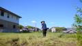 草刈りをする高齢男性 54680881