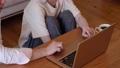 ノートパソコン 女性 リビングの動画 54796738