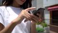 屋外でスマートフォンを操作している女性 ズーム&クローズアップ 54868475