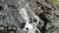 岩の斜面を流れる沢 55082202