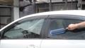 車の窓を洗っている所 55082211