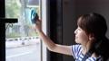 清潔窗戶的女人 55109686