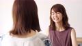 女性 話す 会話の動画 55109821