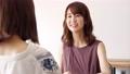 女性 話す 会話の動画 55109822