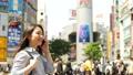 渋谷駅前でスマホで通話する女性 55198416
