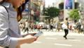 渋谷駅前でスマホを操作する女性の手元 55211933
