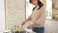女性 キッチン 台所の動画 55222118