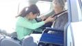 車椅子 自動車 女性の動画 55222165