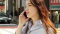 スマホで通話しながら歩く女性 通勤 ビジネスウーマン 55488448