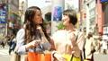 渋谷でショッピングをする女性 行き先を相談 55488449