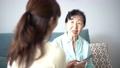 女性 シニア 高齢者の動画 56001164