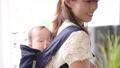 赤ちゃん 抱っこひもで寝る 56344068