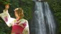 女性 景勝地 滝の動画 56577305