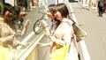女性 友達 ウィンドウショッピングの動画 56655449