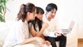 家族 団らん ソファー 座る 会話 小学生 56661606