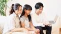 家族 団らん ソファー 座る 会話 小学生 56661607