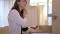 女性 自宅 人物の動画 56698147