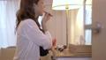 女性 自宅 人物の動画 56698149