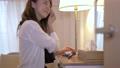 女性 自宅 人物の動画 56698150