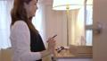 女性 自宅 人物の動画 56698368