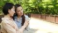 女性 友達 スマホの動画 56743689