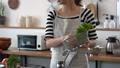キッチンの女性 56758507
