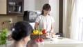 キッチンで料理をする女性 56934510
