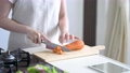 キッチンで野菜を切る女性 56936729