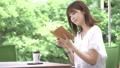 若い女性 カフェ 読書 57021691