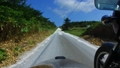 白い貝殻の道をサイドカーでドライブ 57251653