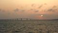 沖縄 宮古島 日本一長い橋 伊良部大橋 トゥリバー海浜公園からの夕景 57996603