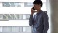 男性 通話 スマホ スマートフォン 58084658