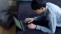 在床上使用PC的男士 58185180