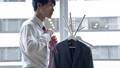 一個男人綁一條領帶 58185183