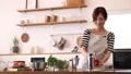 キッチンの若い主婦 58302043