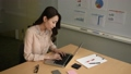 オフィスでパソコンでタイピングをする女性 58381088