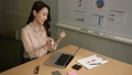 オフィスでパソコンでタイピングをした後にガッツポーズをする女性 58381101