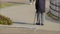 杖を突いて歩く男性 高齢者 シニア 散歩 リハビリ 58440948