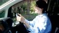 若い女性 運転 事故 前方不注意 追突 ぶつける 人身事故 58814633