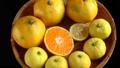 回転する笊に入った蜜柑と柚子と半切りの中身 59354164