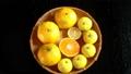 回転する笊に入った蜜柑と柚子と半切りの中身 59354166