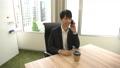 商談の電話をするビジネスマン 日本人 男性 ビジネスマン オフィス ビジネスパーソン 通話 スマホ 60983330