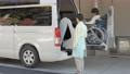 女性 ビジネス 介護士 高齢者 シニア 車椅子 福祉車両 介護車両 車椅子車両 リフト 昇降装置 61295937