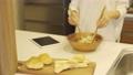 ミドル女性 キッチン 料理 ライフスタイルイメージ 61803465
