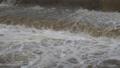 河川の濁流 62091193