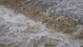河川の濁流 62091195