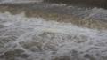 河川の濁流 62091197