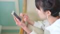 女人经营智能手机鸟瞰沙发 62289183