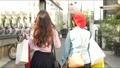 쇼핑 거리를 걷는 여자의 뒷모습 62589624