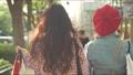 쇼핑 거리를 걷는 여자의 뒷모습 62589625